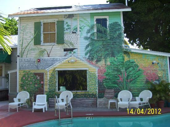 Wicker Guesthouse: Great mural painted on the side of the building