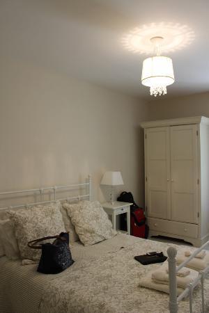 La Colline de Pechauriol : The bedroom with pretty neutral decor