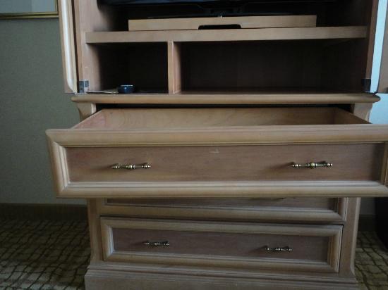 Doubletree Hotel Tulsa-Downtown: Broken top drawer