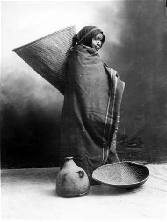 Independence, Kalifornien: Woman and baskets, Maggie Ross