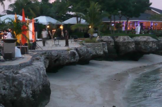JPark Island Resort & Waterpark, Cebu: Beachfront when the tide is low