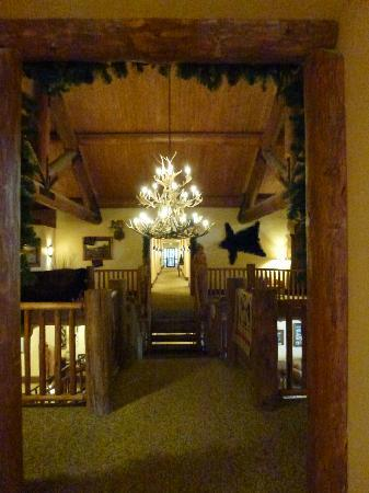 Daniels Summit Lodge: upper hallway