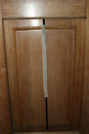 Hotel Fontibon:                   Puerta WC con rajas de dos dedos se ve la persona que está dentro