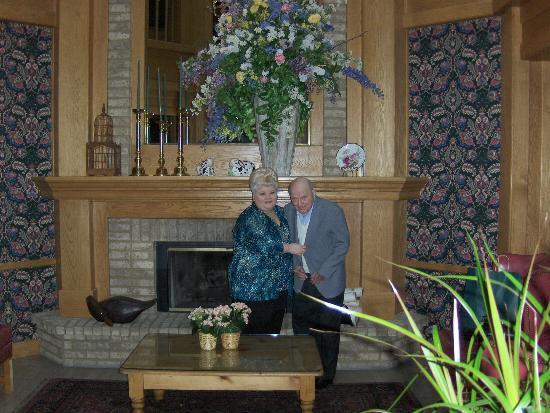 The Geneva Inn : Carol & Dad (Chester) enjoying the beautiful floral piece