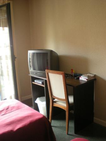 Apartaestudios Plaza de la Libertad: Escritorio y televisor. Habitación con wi-fi