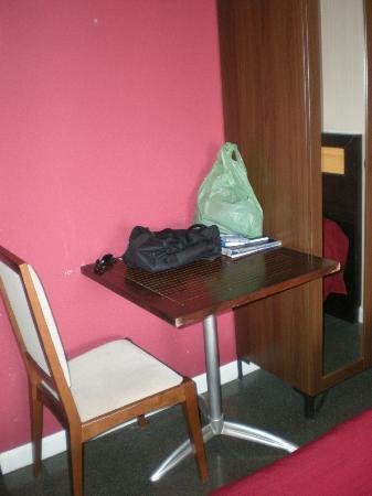 Apartaestudios Plaza de la Libertad: Una de las mesas de la habitación