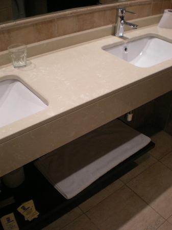 Apartaestudios Plaza de la Libertad: Baño.Vista parcial de los lavabos.