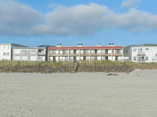 Tradewinds Motel: View of hotel from beach