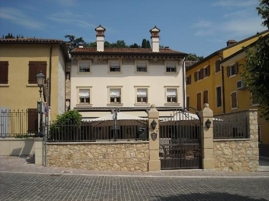 Locanda Lo Scudo: Exterior of restaurant below and rooms above