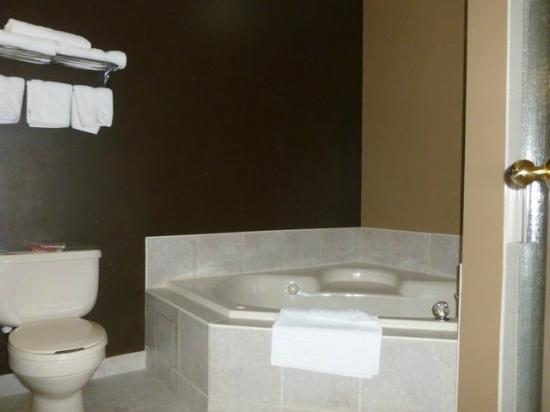 BEST WESTERN Strathmore Inn: Jetted tub