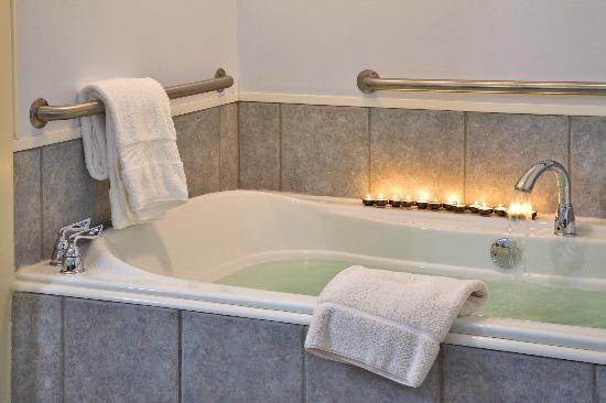 Blueberry Cove Inn: Hideaway Suite whirlpool