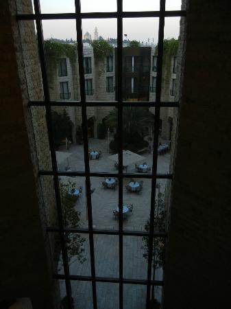Inbal Jerusalem Hotel: View of private courtyard, very tranquil but for the birds