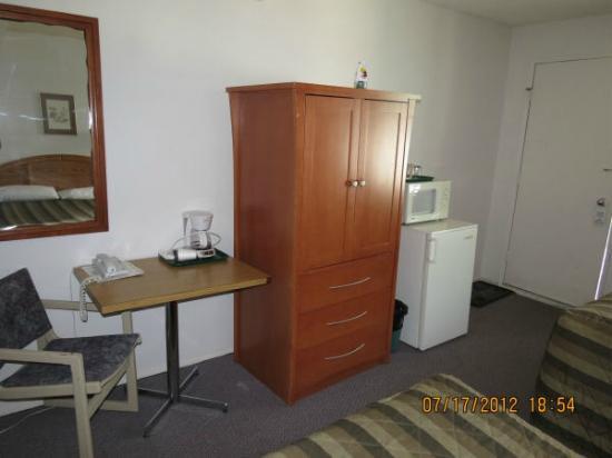 Sun Dek Motel: Desk, coffee maker, TV, microwave and fridge