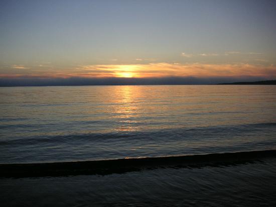Entente Cordiale Inn : Sunset on the beach