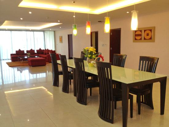 Seven Place Executive : Dining Table