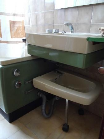 Hotel Orfeo: Bidé bajo el lavamanos
