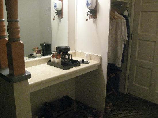 Royal Copenhagen Inn: Closet - dressing area with coffee maker