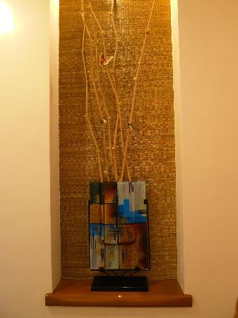 Anisabel Suites: Hallway decoration in room