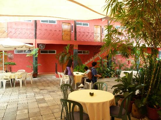Anisabel Suites: Hotel courtyard