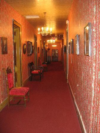 Express St. James Hotel: 2nd floor hallway
