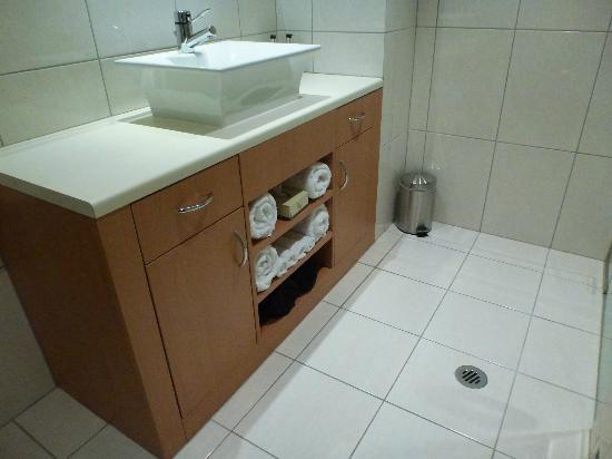 Lakeside Apartments: Bathroom