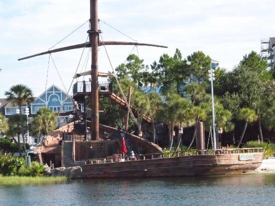 Disney's Beach Club Resort: Beach club - lovely grounds