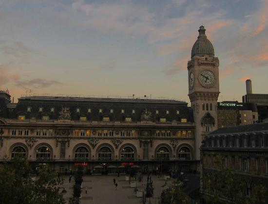 Hotel Terminus Lyon: The Gare de Lyon is over the road.