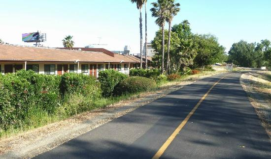 BEST WESTERN Sandman Motel: Best Western and the bike/walking path