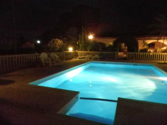 Casa Perez Country Guest House: Pool at night