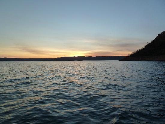 Lake Argyle Resort & Caravan Park: Dusk over the lake