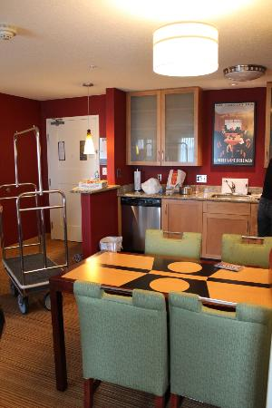 Residence Inn Portland Airport at Cascade Station: Kitchen and dining area