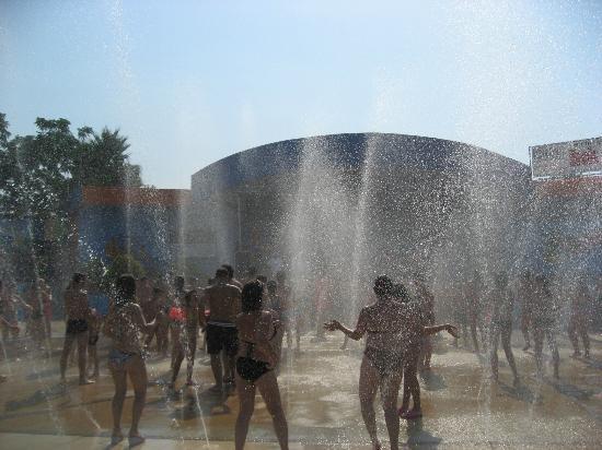 Melilli, Italia: spettacolare per i ragazzi ballare sotto l'acqua