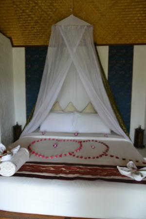 Anankhira Villas: bed