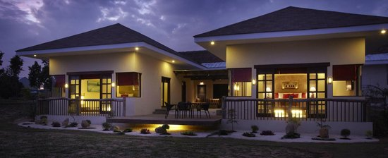 Bluewater Panglao Beach Resort : Family Pool Villa Facade