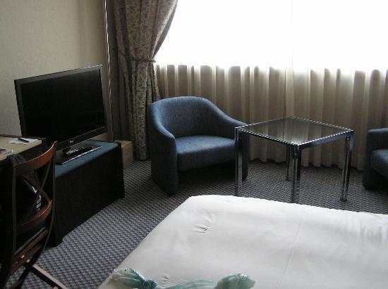 Hilton Strasbourg: Flachbildschirm und Sitzecke