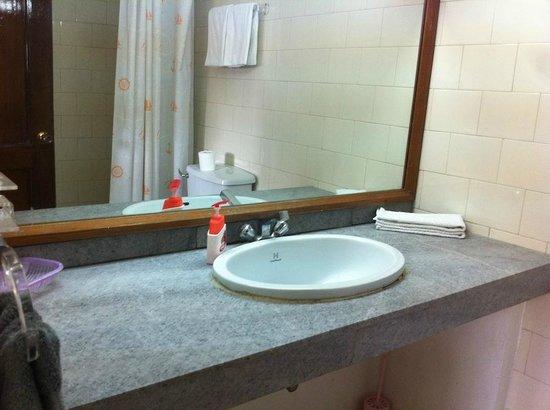 Sagarmatha Apartment Bed & Breakfast: Sanepa Property - filename__apt -8 bathroom_jpg_thumbnail0_jpg