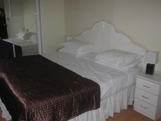 Curzon Plaza: Le lit de la chambre