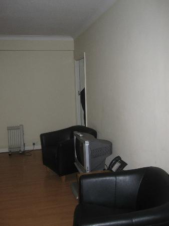 Curzon Plaza: Télé et petits fauteuils d'appoint