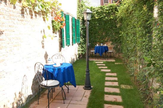 Santa Margherita Guesthouse: giardino dettaglio 1