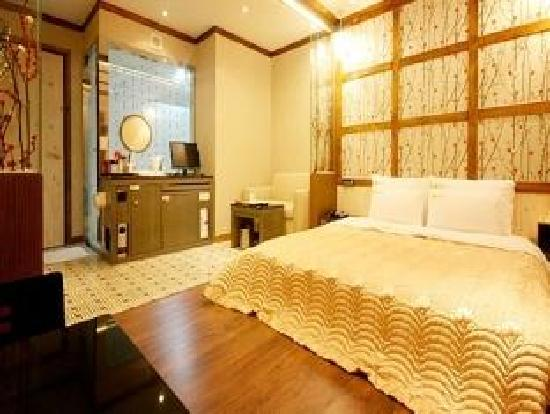 Rainbow Hotel: Room1