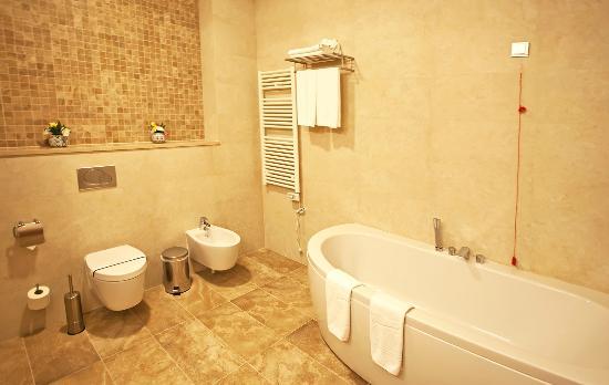 CityHotel: bathroom in junior suite