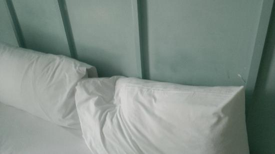 The Heritage Bangkok : Greasy or stained wall next to pillows