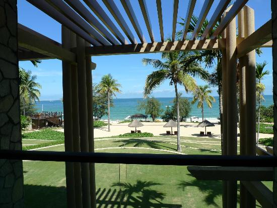 Hilton Sanya Yalong Bay Resort & Spa: Confined sea view from beach front room (lower -floor)