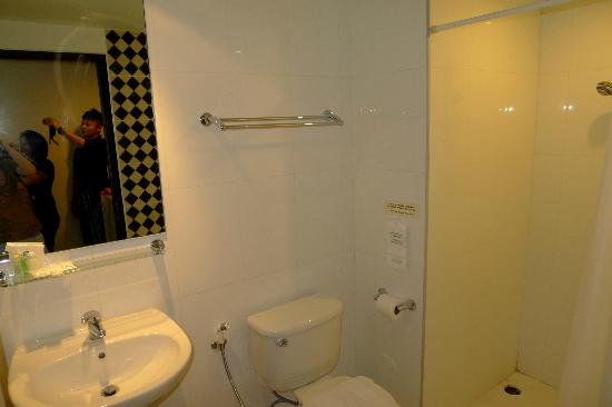 Ideal Hotel Pratunam: Bath room