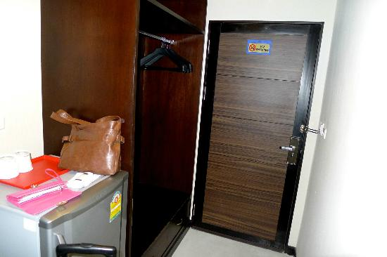 Ideal Hotel Pratunam: Open Wardrobe