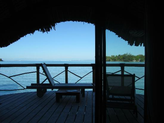 Bora Bora Pearl Beach Resort & Spa: vista dal nostro letto all'interno dell'overwater