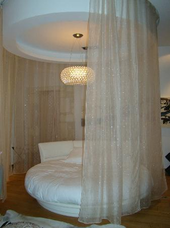 simple domaine de verchant le rideau qui ferme le lit rond with lit design rond. Black Bedroom Furniture Sets. Home Design Ideas
