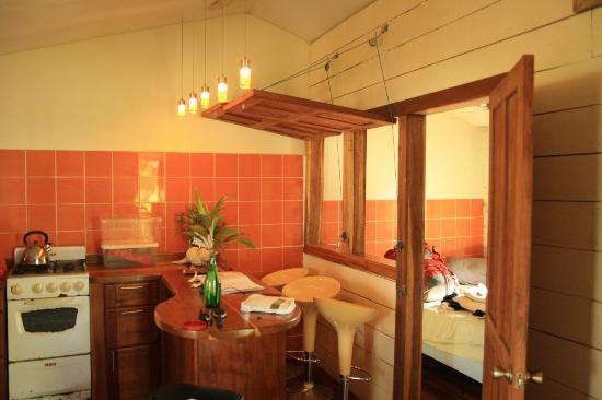 Panama's Paradise Saigoncito: Kitchen with table/bar