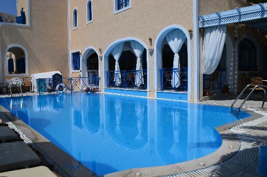 Dioskouri Art Villas: Hotel og poolen