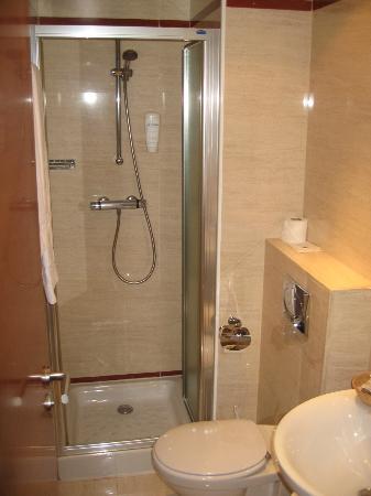 Hotel Villa De Barajas: Tiny Bathroom